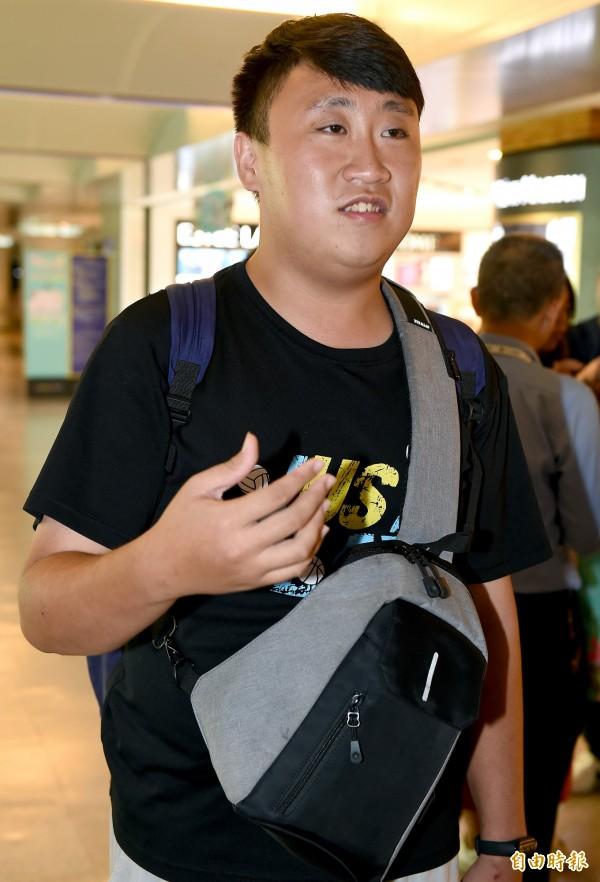關西機場國際線開放起降後,第一架飛抵台灣的樂桃航空MM-27班機8日傍晚抵達桃園機場。旅客郭先生說,很高興能順利返回台灣,下飛機時幾乎快感動落淚。(記者朱沛雄攝)