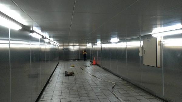 台北捷運東門站旁地下連通道淹水,新工處傍晚派員抽水,目前已抽乾水,恢復通行。(新工處提供)