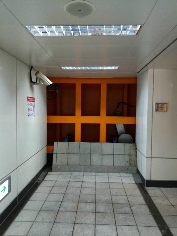 台北捷運東門站旁地下通道淹水,北捷公司啟動水密門防止雨水流入站內。(台北捷運公司提供攝)