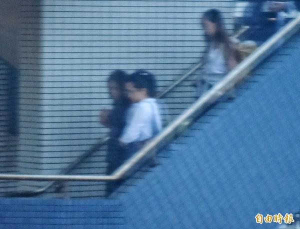 楊偉中妻子陳以真(左二)下飛機後,由商務中心通關前往長榮空運倉儲。(記者朱沛雄攝)