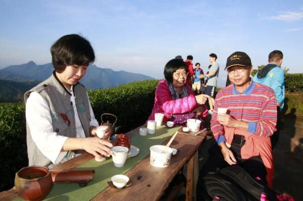迎晨曦音樂會在1314觀景台舉行,邊喝茶邊聽演奏,快樂似神仙。(莊姓讀者提供)