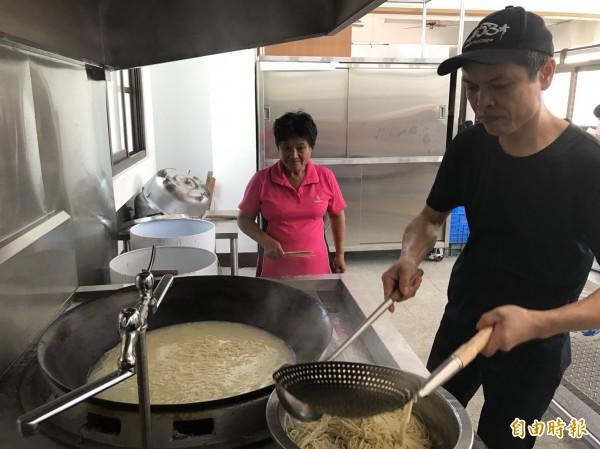 李双(左)經常向來校的主廚學習廚藝。(記者林國賢攝)