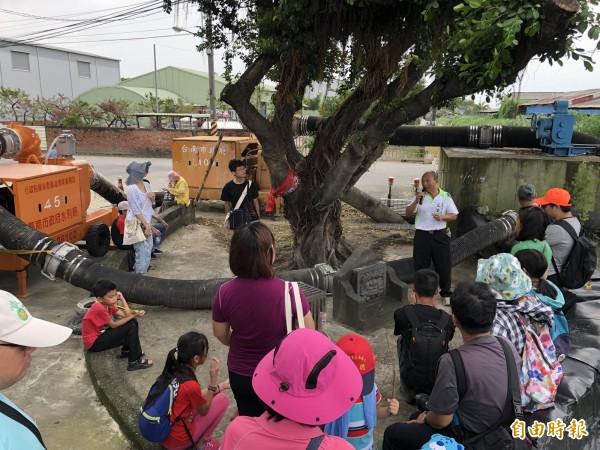 安南區公親寮劍獅祭溪的江治水歷史現場,一旁還架設著抽水機。(記者蔡文居攝)