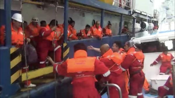 海巡弟兄頂著長浪救援受困印尼籍船員。(布袋海巡隊提供)
