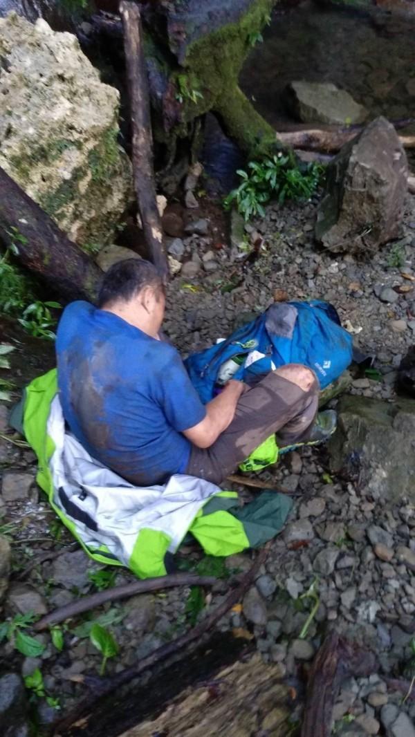 山友墜落100公尺深山谷,搶救過程艱難。(嘉義縣消防局提供)