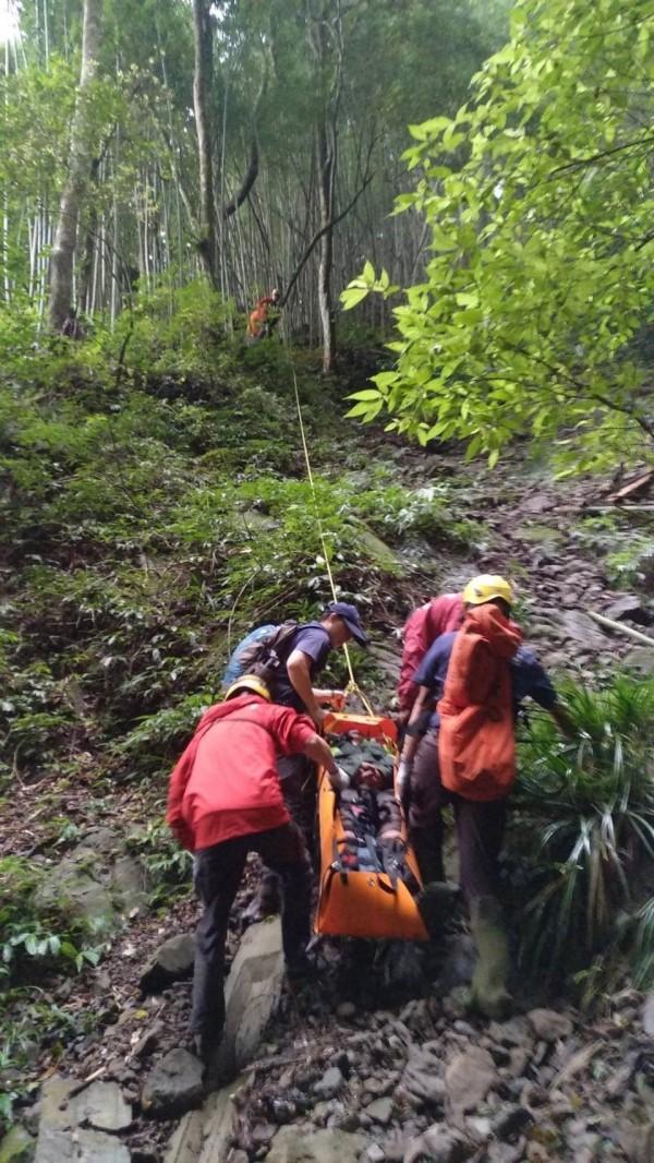 山友墜落100公尺深山谷,搶救過程艱難。(讀者提供)