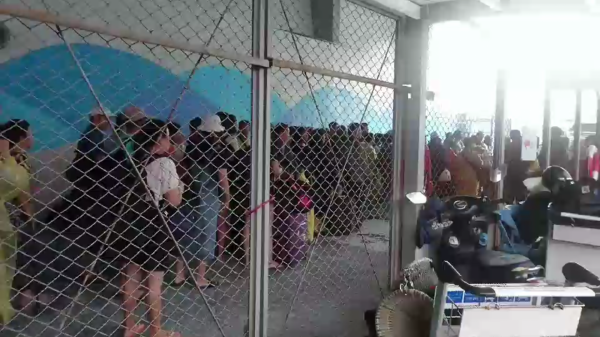 綠島南寮漁港一早就有遊客搶搭第一艘船回台東。(記者王秀亭翻攝)