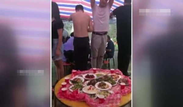社群網站瘋傳「暴雨中一群人站在淹水的椅子上吃流水席的畫面,地點就在彰化員林」,結果是假的,警方查出亂PO者身分通知到案。(警方提供)
