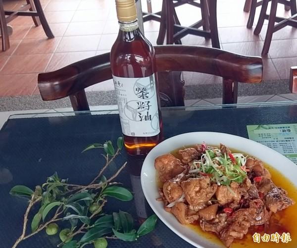 南投縣名間鄉松柏嶺「茶米香」民宿的招牌料理「茶油雞」,所用的茶籽油也是來自業者自家的茶園。(記者謝介裕攝)