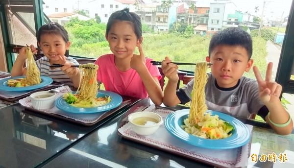 南投縣名間鄉松柏嶺「茶米香」民宿的招牌料理「茶油雞麵線」,讓小朋友愈吃愈涮嘴。(記者謝介裕攝)