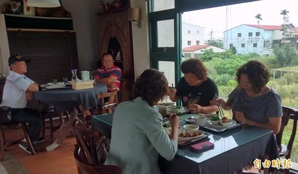 南投縣名間鄉松柏嶺「茶米香」民宿招牌料理「茶油雞套餐」,深受遊客喜愛。(記者謝介裕攝)