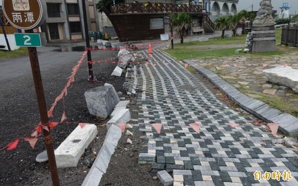 知名七星潭自行車、人行石磚步道遭震毀,至今超過半年仍有部分區域未修繕,拉起的簡易封鎖線更因風吹日曬雨淋時常掉落,屢遭民眾誤闖。(記者王峻祺攝)