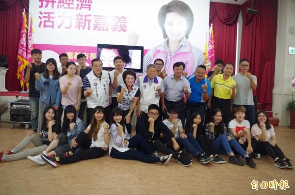 蕭淑麗(第二排左四)日前推出微電影、與青年座談,爭取年輕人選票。(記者王善嬿攝)
