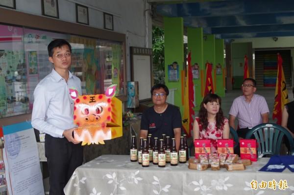 西螺七崁武術大型嘉年華展售多項西螺在地文創品。(記者林國賢攝)
