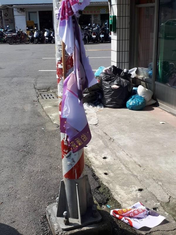 朴子市代參選人黃陳伯蓮旗幟遭破壞。(記者蔡宗勳翻攝)