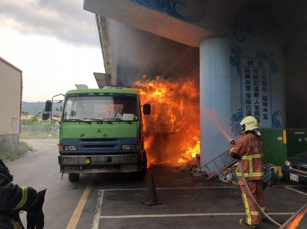 載有紙物料的貨車突然發生大火,消防人員前往灌水搶救。(記者陳冠備翻攝)