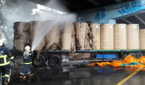 貨車上載有製作衛生紙的原物料,半數遭祝融燒毀。(記者陳冠備翻攝)