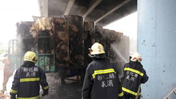 裝有製作衛生紙的原物料貨車,突然遭火警,民眾議論紛紛。(記者陳冠備翻攝)