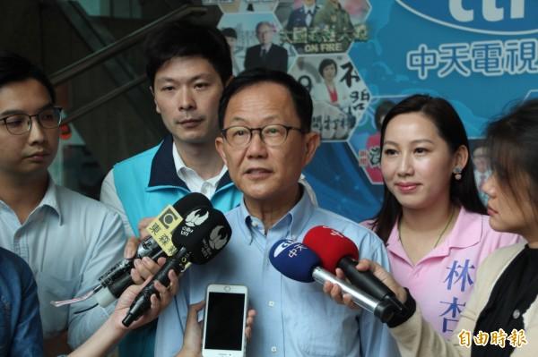 丁守中今天受訪表示,台北市員額加起來才7.6萬人,怎麼釋出5萬員額,而總共編列預算才總共編列預算才1億元,直說「難道每個人分2千元?」(記者鍾泓良攝)