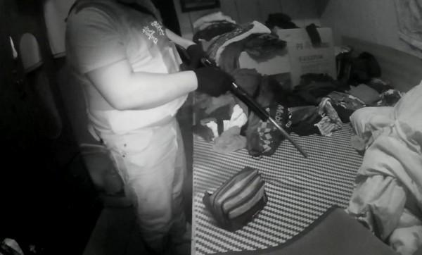 警方自劉男房間衣櫃起出土造獵槍。(記者陳賢義翻攝)