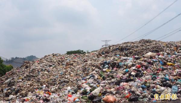 草屯鎮堆積1萬6000千多噸垃圾,引發當地眾不滿。(記者陳鳳麗攝)