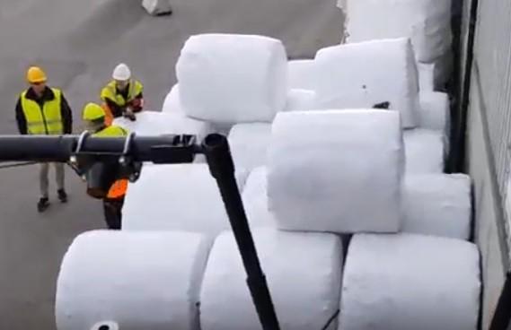 南投縣環保局將委外以壓縮覆膜方式,將垃圾打包成圓柱狀。(南投縣環保局提供)