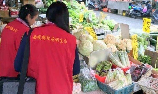 南投縣衛生局人員前往菜市場抽驗中秋節應景食品情形。(記者謝介裕翻攝)