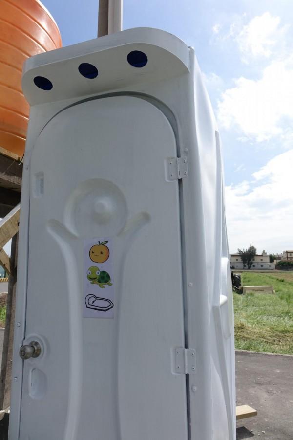 彰化縣福興鄉福寶村長黃耀輝,幫「龜公園」廁所貼上「梨龜便所」的圖案,用圖告訴大家「來蹲廁所」。(記者劉曉欣攝)