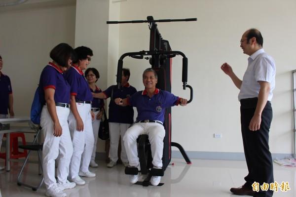 不老健身房協助長者進行肌耐力訓練。(記者張聰秋攝)
