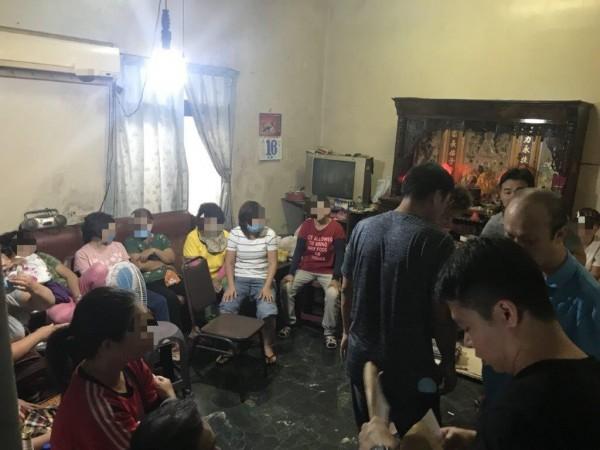 警方獲報,破獲東港一間隱身在住宅區內的賭場。(記者陳彥廷翻攝)
