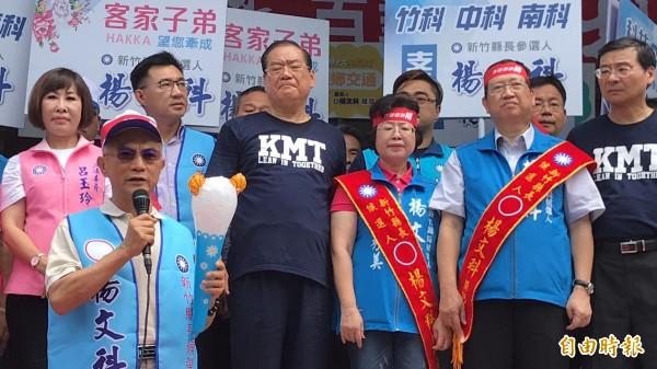 前工研院董事長蔡清彥(持麥克風者)上月底以親自陪同楊文科登記參選來表達支持。 (資料照,記者黃美珠攝)