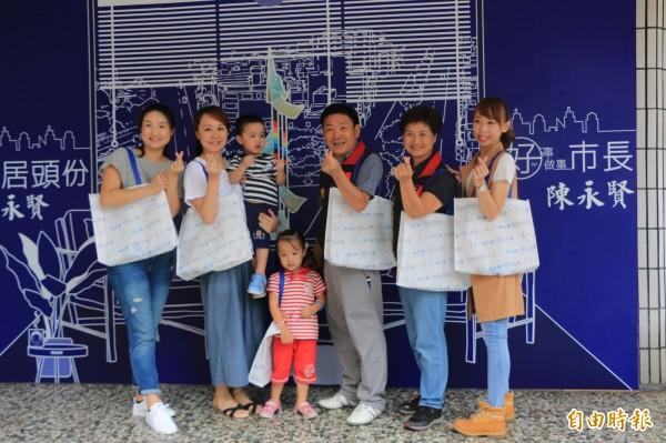 陳永賢一家3代提著文創環保袋以走秀方式亮相。(記者鄭名翔攝)