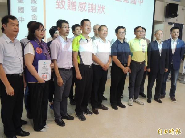 三星鄉地方人士出席三星國中棒球隊員新宿舍捐贈啟用儀式。(記者江志雄攝)