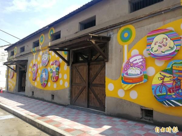 藝術家眼蟲計畫在富岡火車站週邊農會倉庫外牆創作「光陰的故事」,將過去地方百姓的生活以塗鴉方式呈現。(記者許倬勛攝)