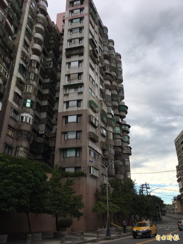 郭姓婦人今天趁先生午睡時,從14樓住處窗戶跳樓身亡。警方初判郭婦疑因罹患乳癌跳樓輕生。(記者林嘉東攝)