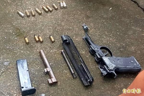 南投警方逮捕涉及「行刑式」槍殺的嫌犯許育洲到案,也起出1把改造手槍及13顆子彈等作案工具。(記者謝介裕攝)