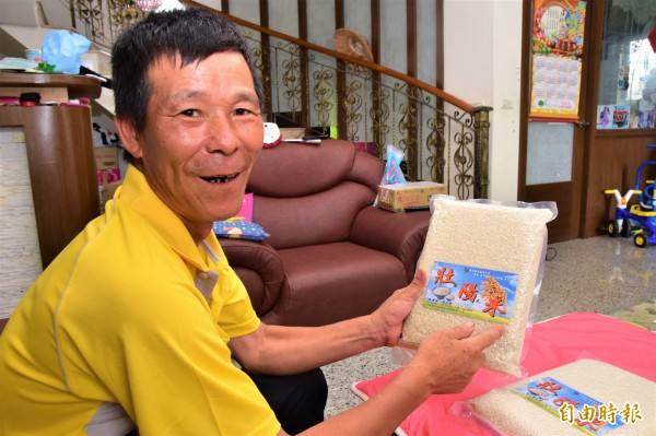 宜蘭縣壯圍鄉古結村長賴建國,將自產稻米命名為「壯陽米」。(記者張議晨攝)