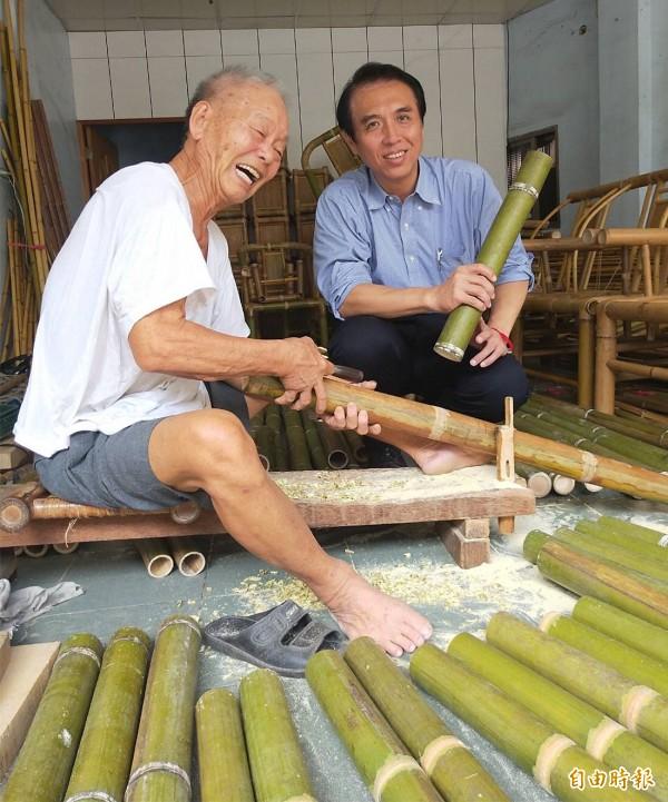 陳學聖前往楊梅富岡拜訪竹藝達人戴阿爐,讚許戴師傅的手藝足稱文化國寶。(記者李容萍攝)