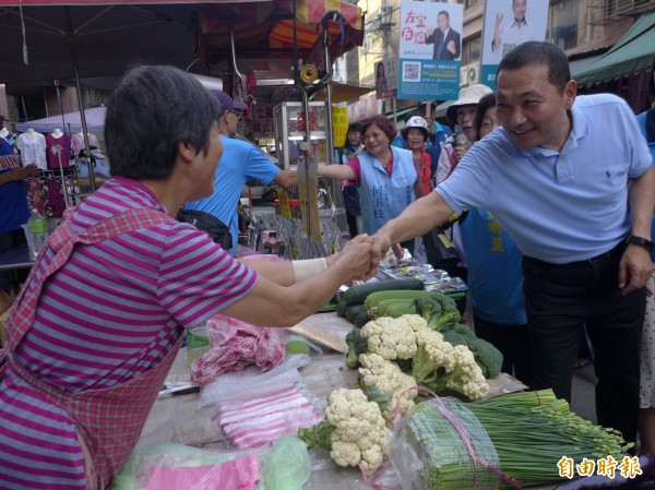 國民黨新北市長參選人侯友宜在樹林區市場掃街拜票。(記者李雅雯攝)