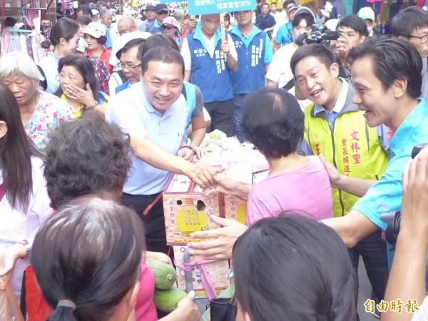 國民黨新北市長參選人侯友宜和民眾打招呼。(記者李雅雯攝)