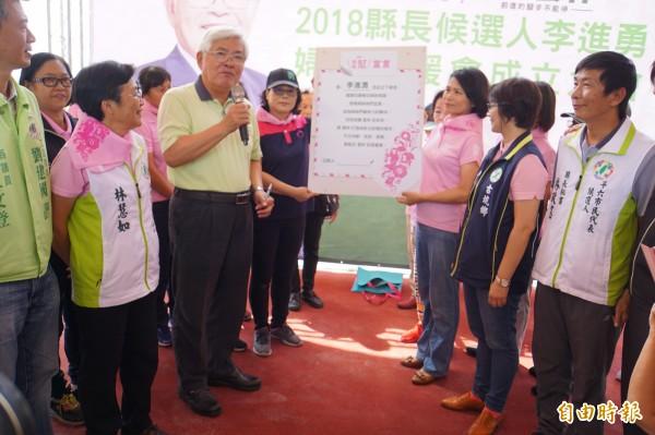李進勇雲林婦女後援會今成立,李進勇並簽署「姐妹幫宣言」承諾。(記者詹士弘攝)