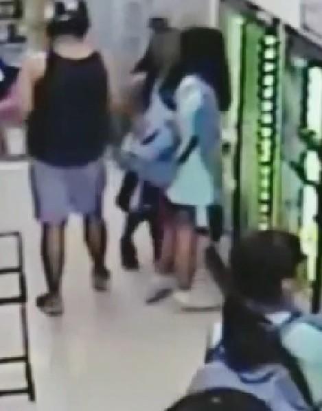 便利商店監視器拍下曾姓男子與少女擦身而過的過程。(圖取自網路)