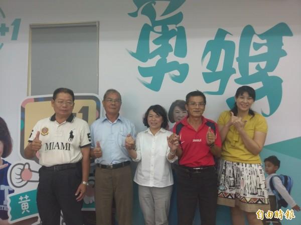 國民黨市長參選人黃敏惠(右三)今天直播談治水,支持與不認同網友留言討論熱烈。(記者王善嬿攝)