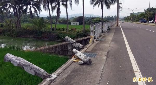 南投市華陽路北通橋路段護欄遭撞斷,迄今半年仍未修復,危及用路人往來安全。(記者謝介裕攝)