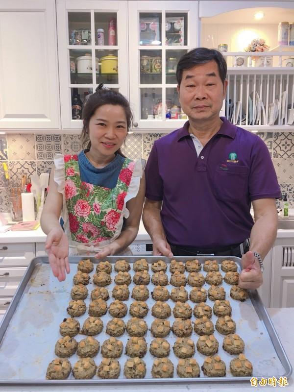 頭份市農會秘書蕭鎮林(右)與女兒蕭文俐(左)儼然成為頭份黑豆推廣大使。(記者鄭名翔攝)