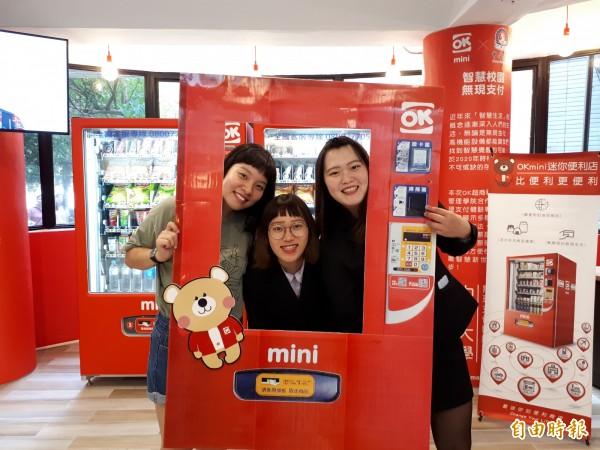 全台灣第一所大學校園內設智慧無人商店OK Mini在中華大學啟用,可使用20種以上的電子支付方式,這種無人商店讓學生可以直接從宿舍就買得到各種商品,學生都說太棒了。(記者洪美秀攝)