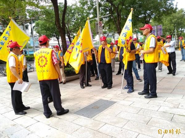 台灣石油工會到場支持第三天然氣接收站興建案。(記者劉力仁攝)