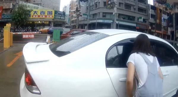 陳女依員警引導向車內女兒表示「等一下,很快就開門了唷!」(記者許國楨翻攝)