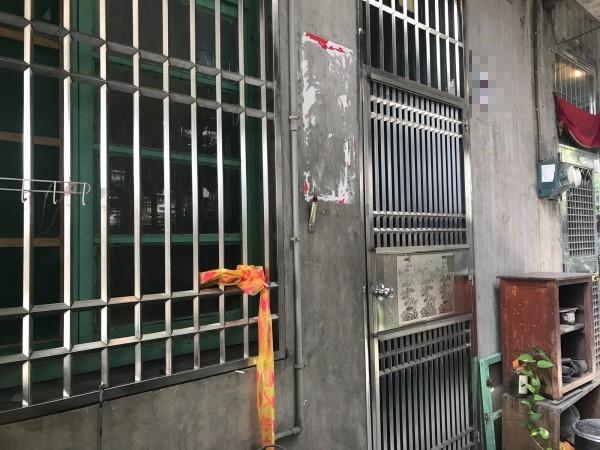 宜蘭市東港路患有思覺失調症的古姓男子,疑似因認為84歲陳姓老母包韭菜水餃,是要毒殺他,於9日在臥室內,動手痛毆老母頭部致死。圖為案發現場。(記者林敬倫攝)