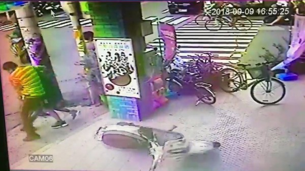 便衣警察抓住要逃的男子。(記者張聰秋翻攝)